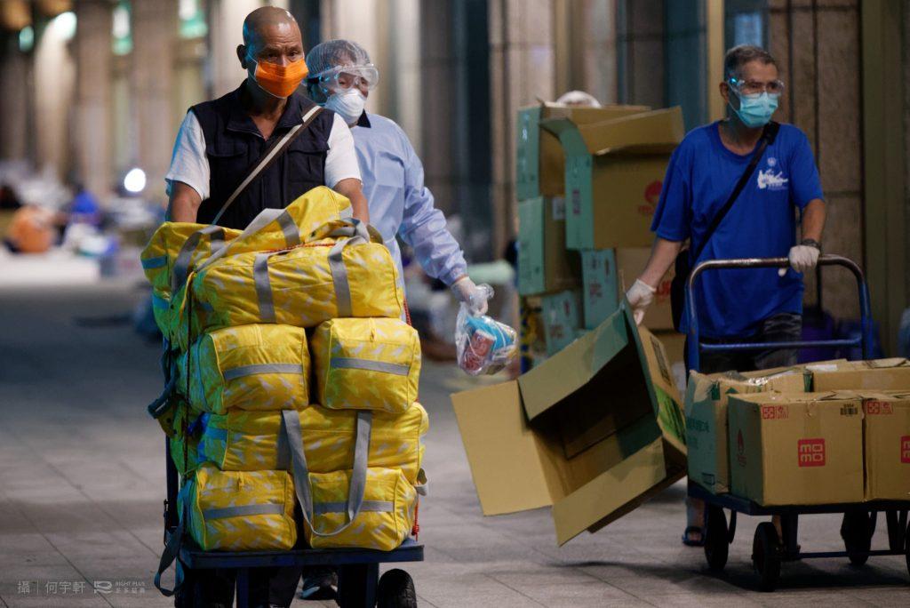 2A1-臺北車站的街友協力調度各界捐贈的生活必須品。EOR_4697_何宇軒攝-1
